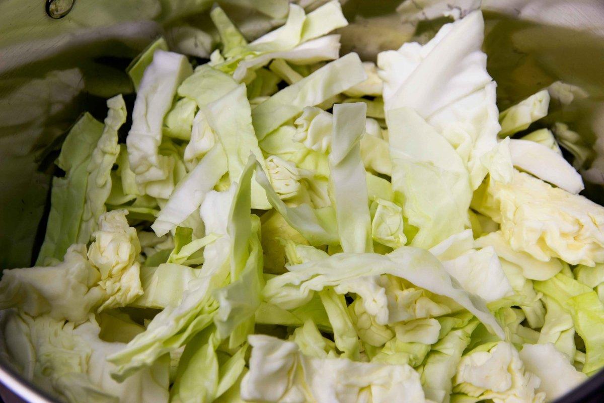 Cocer la berza o repollo para el cocido lebaniego