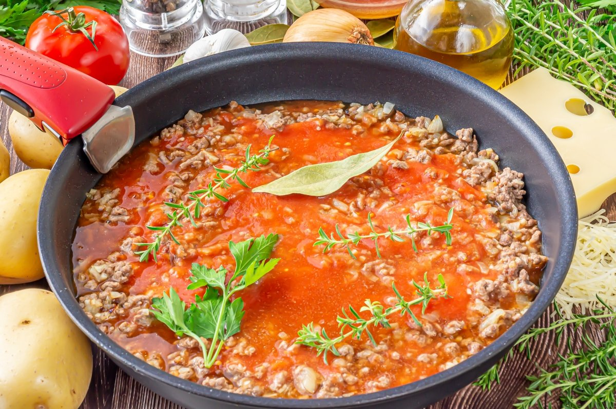 Cocer la carne con tomate y caldo