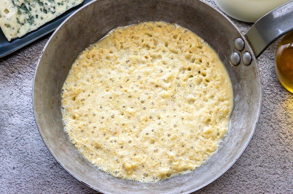 Cocer la harina para la bechamel de croquetas