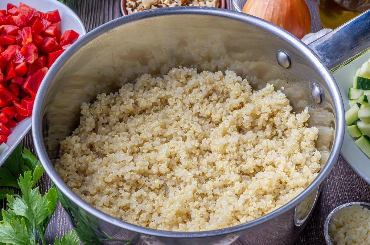 Cocer la quinoa para hacerla con pollo y verduras