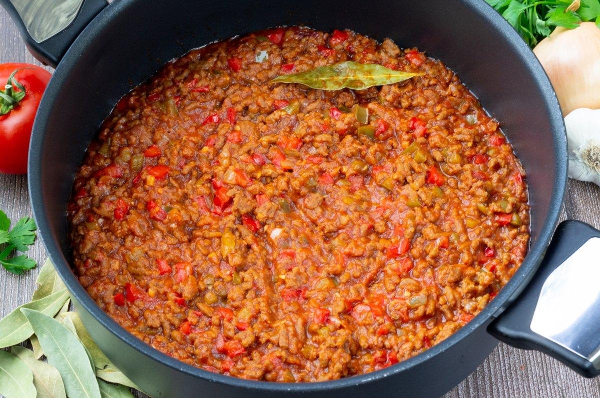 Cocer la salsa de tomate y carne picada
