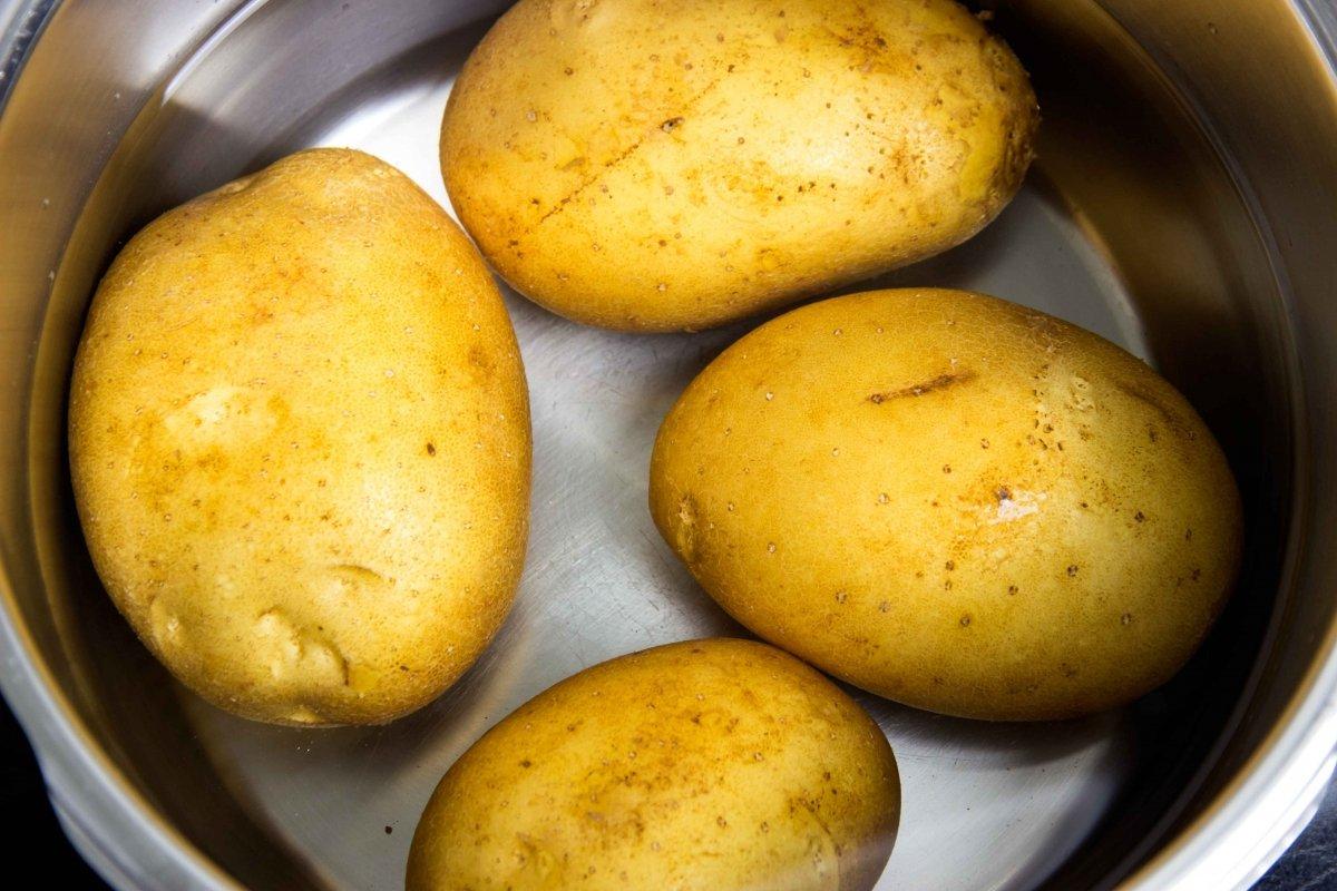 Cocer las patatas en la olla