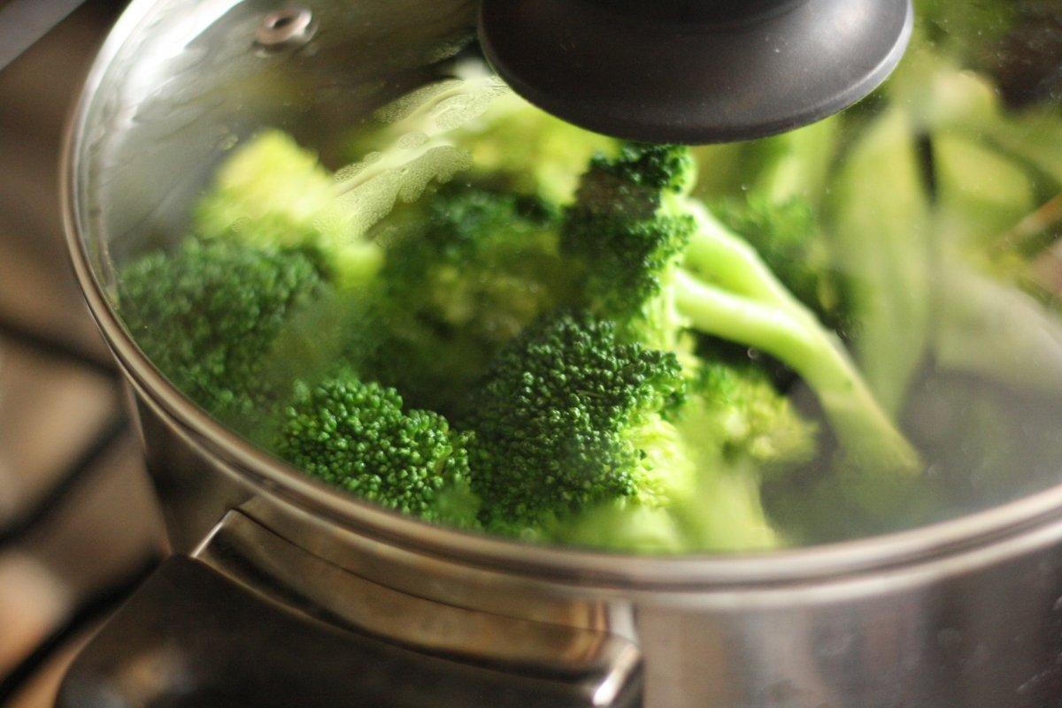 Cocer las verduras en una olla
