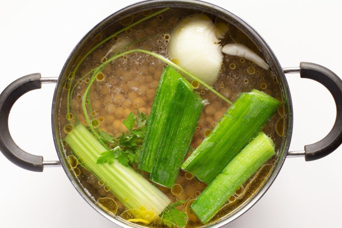 Cocer los garbanzos con una parte de los vegetales