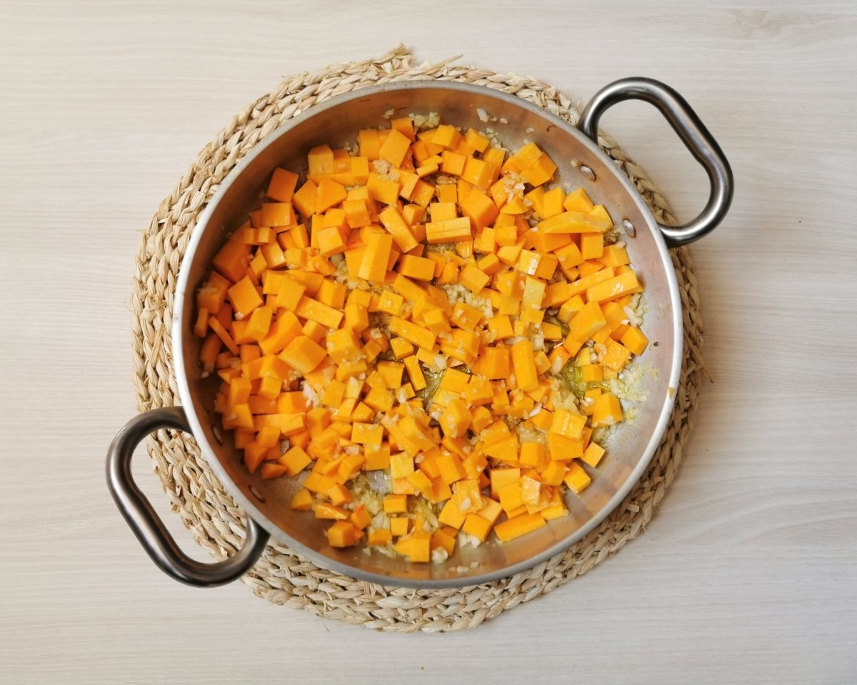 Cocinar la calabaza en daditos con la cebolla.
