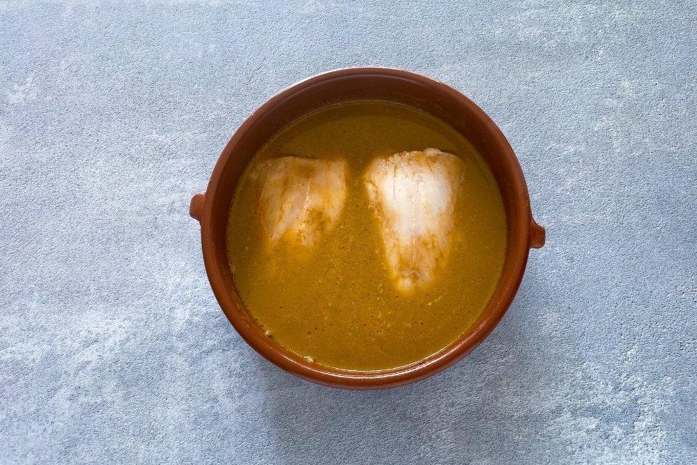 Cocinar la merluza para arroz caldero