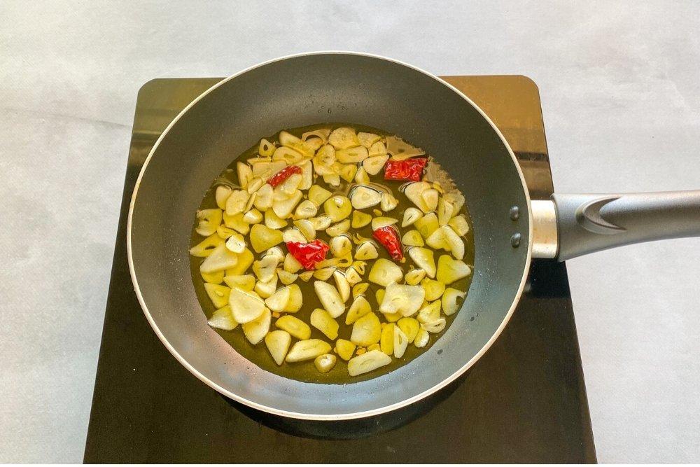 Cocinar los ajos y el peperocino