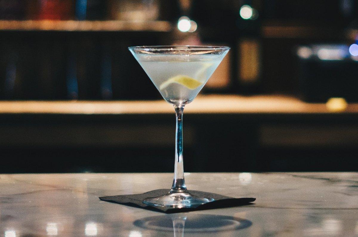 Cóctel con vodka servido en copa