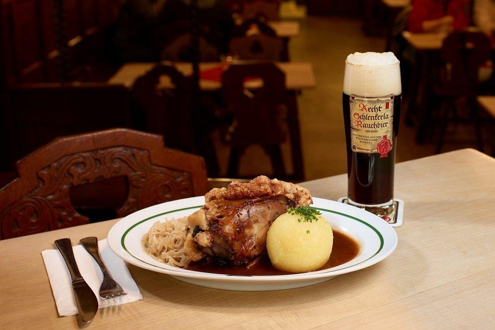 Codillo servido en la taverna Schlenkerla junto a una Aecht Schlenkerla Rauchbier