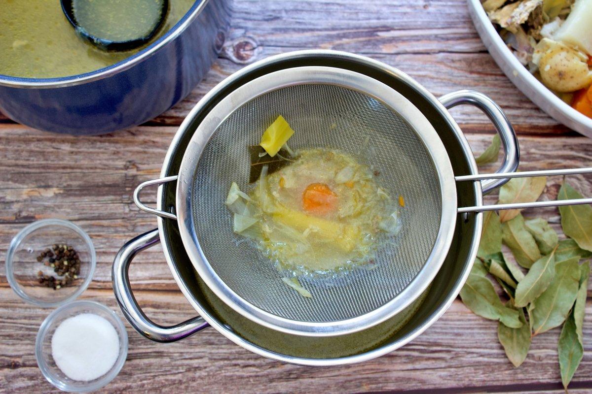 Colando el caldo de pollo casero