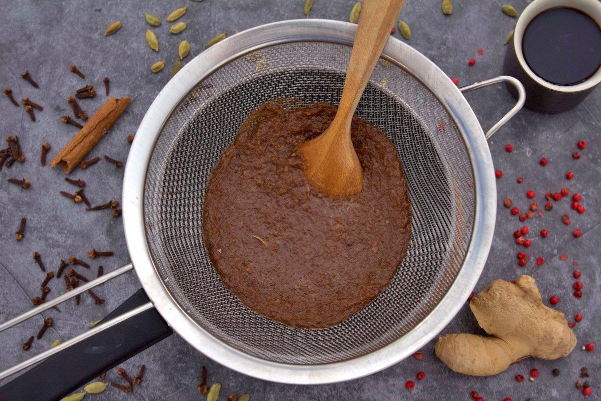 Colando los ingredientes triturados de la salsa worcertershire
