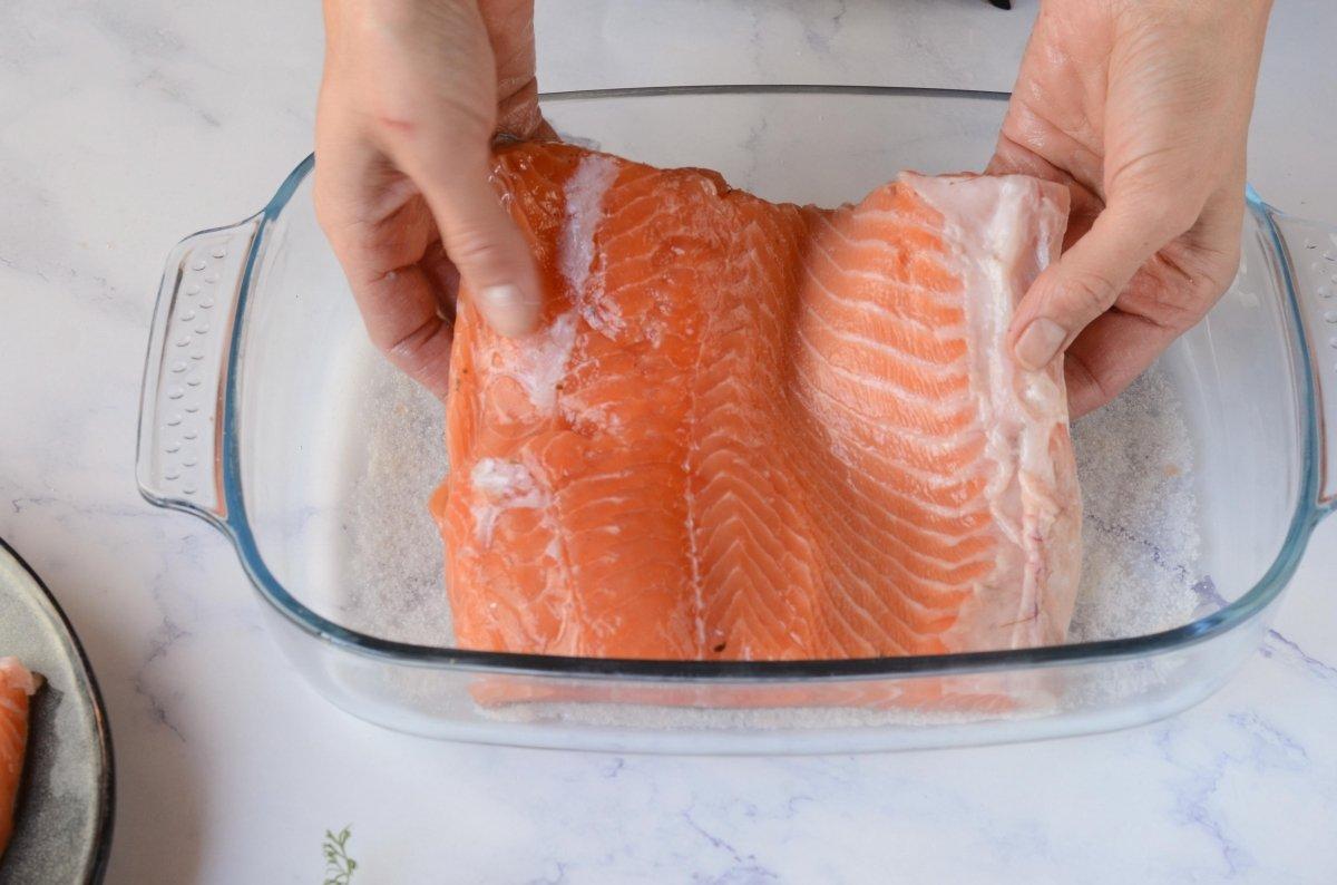 Colocamos salmón para el macerado en sal
