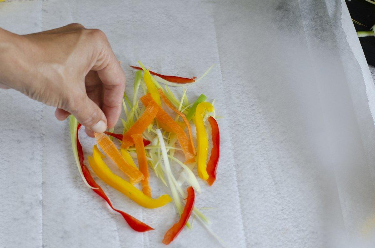colocando las verduras en el papillote