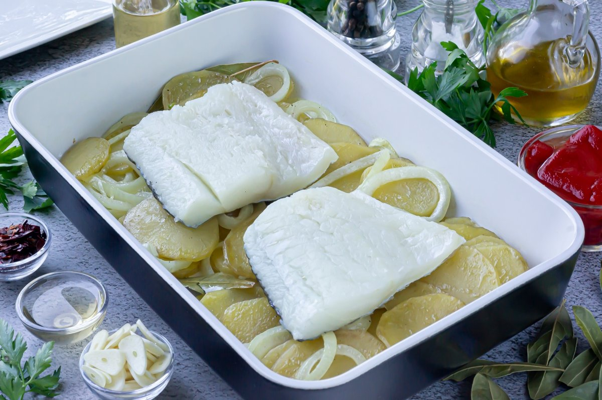 Colocar el bacalao encima de las patatas