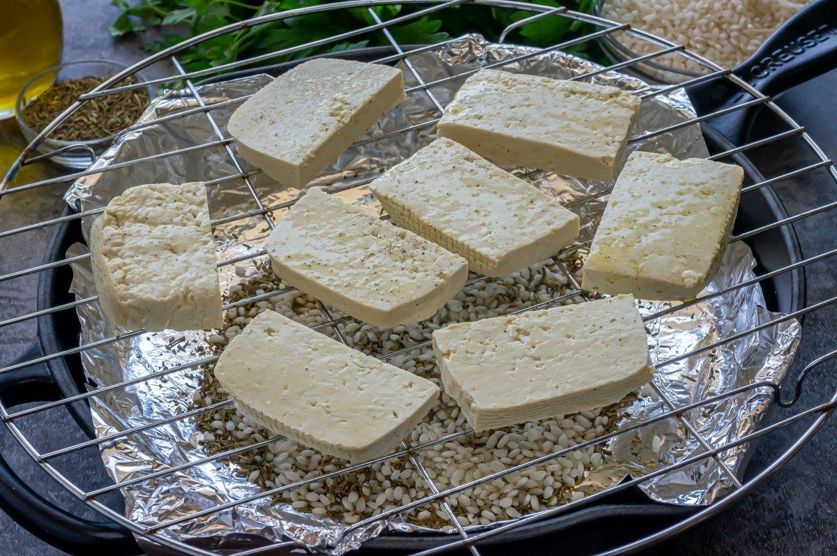 Colocar el tofu en una rejilla