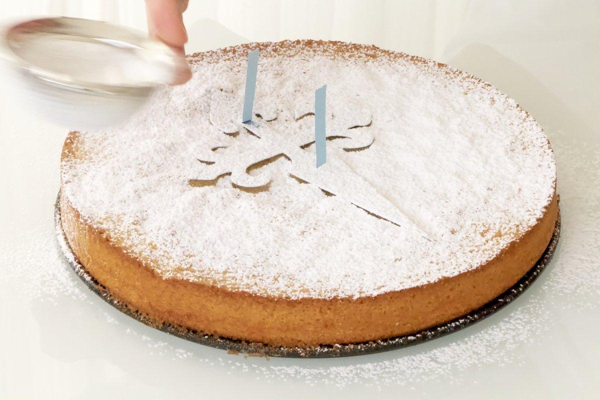 Colocar la cruz y espolvorear azúcar