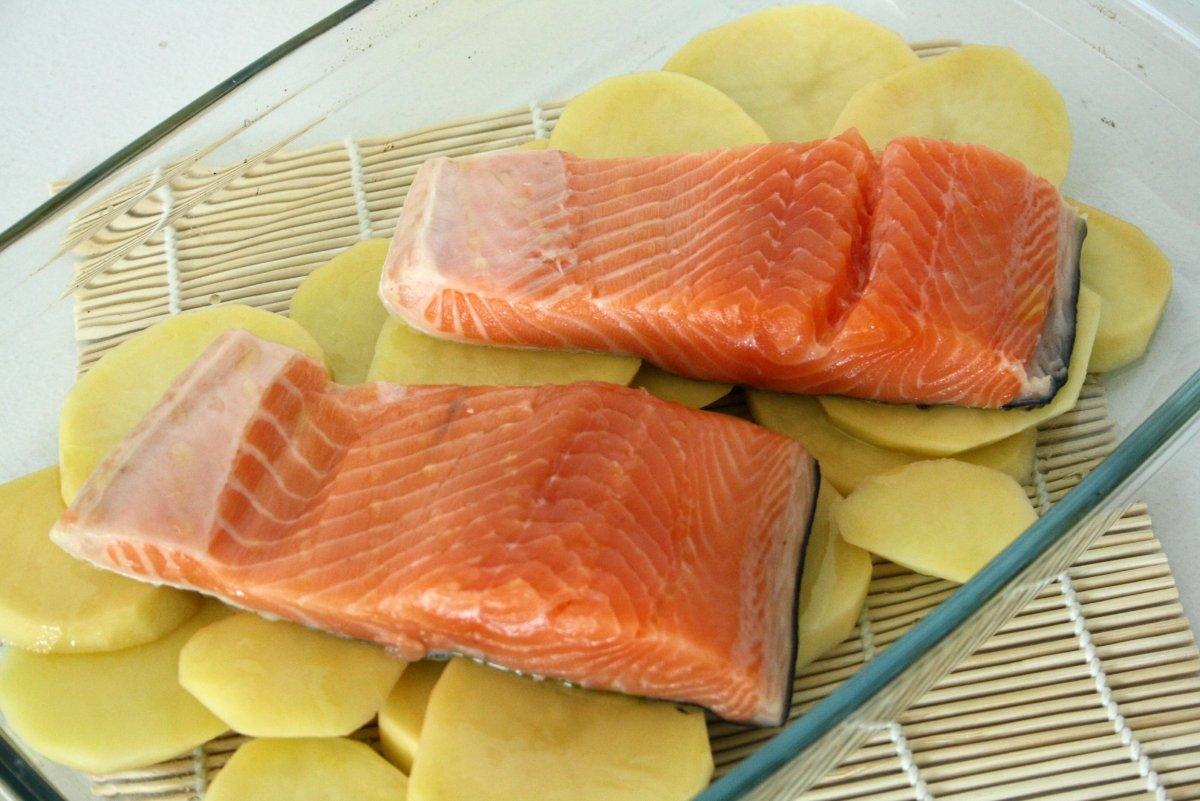 Colocar salmón y las patatas