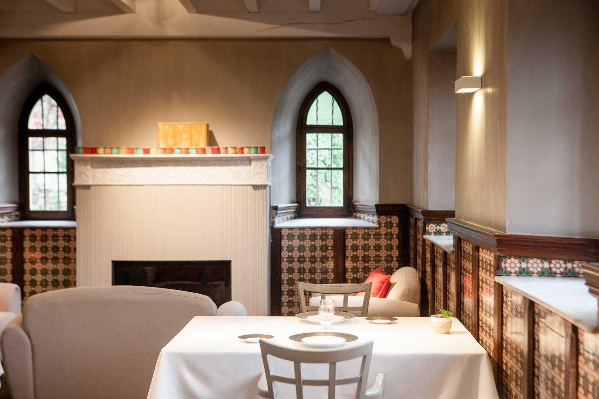 Comedor del restaurante Cenador de Amós junto a la chimenea de la casona