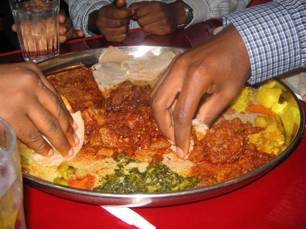 Comiendo comida etíope con injera