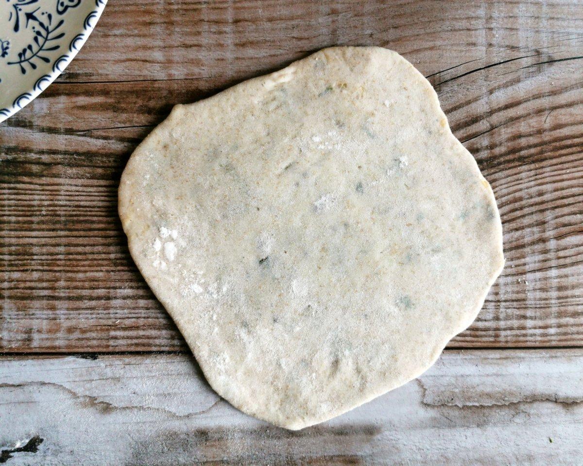 Con un y poca harina estirar el paratha