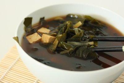 Consomé de tofu y algas wakame