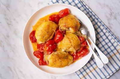 Contramuslos de pollo con tomates cherry y cebolla