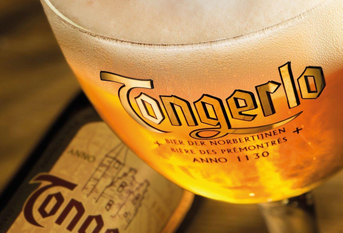 Copa de Tongerlo Blonde con botella de fondo