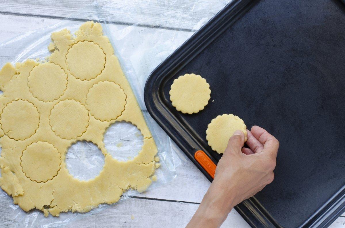 Cortamos las galletas de mantequilla