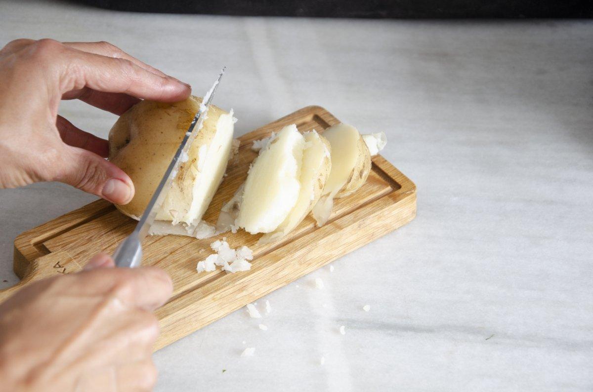 Cortamos las patatas para añadir al pulpo