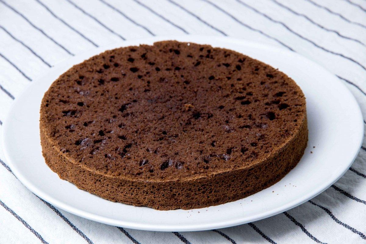 Cortar el bizcocho a la mitad para hacer la base de la tarta de chocolate
