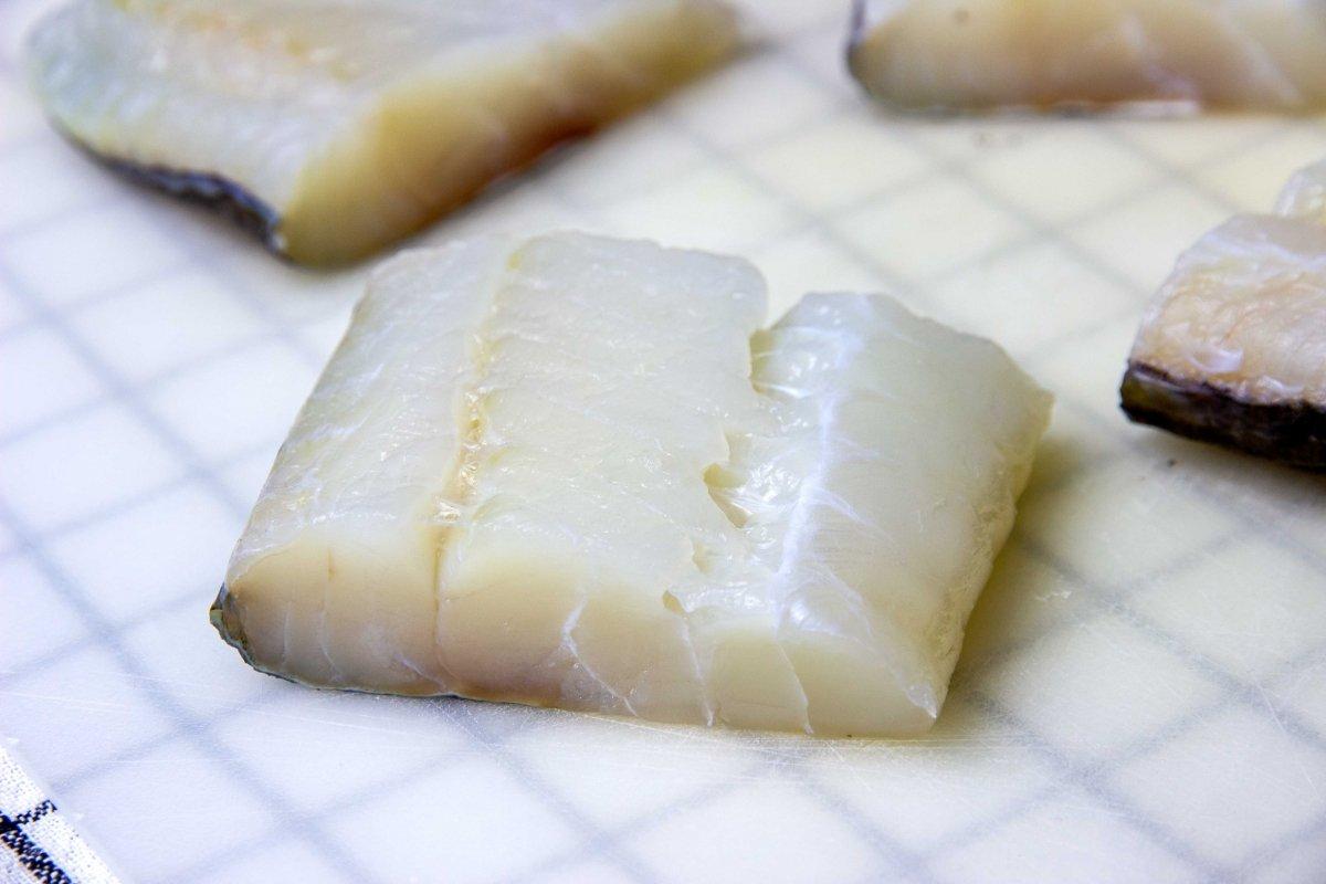 Cortar el lomo bacalao en cuatro trozos para hacer el bacalao en salsa verde