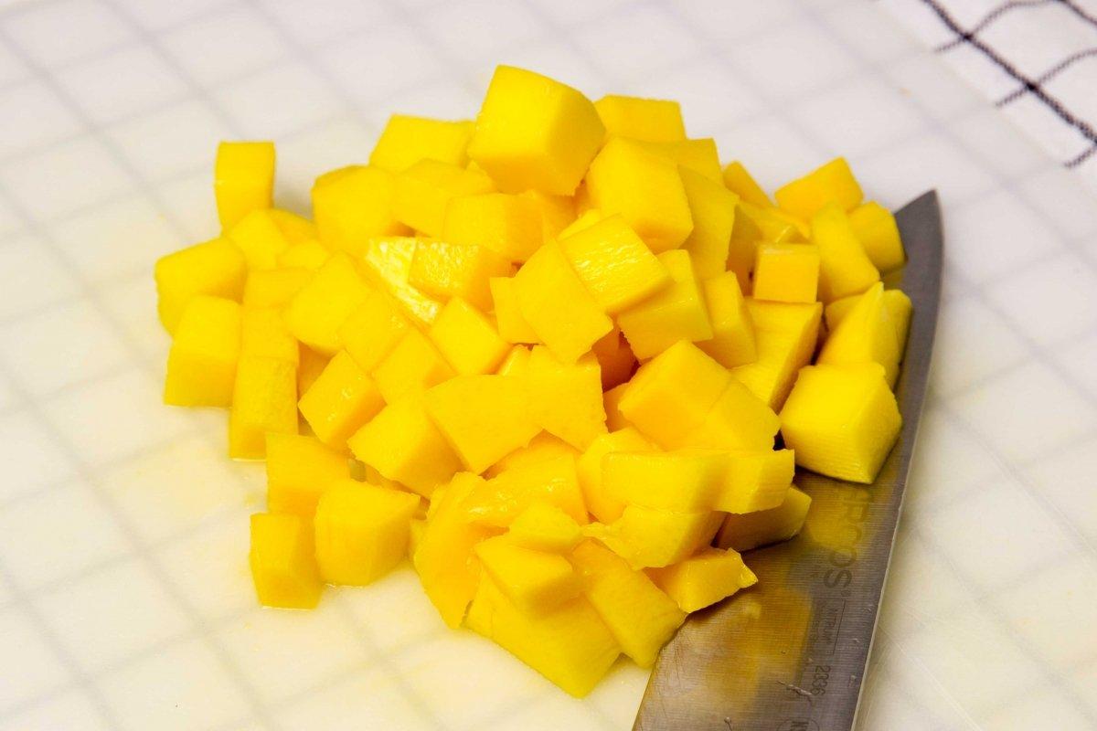 Cortar el mango en trocitos