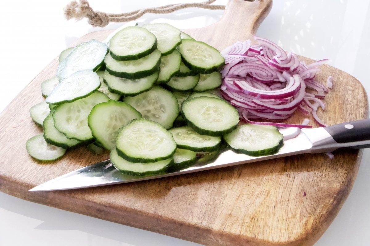 Cortar el pepino y el resto de ingredientes