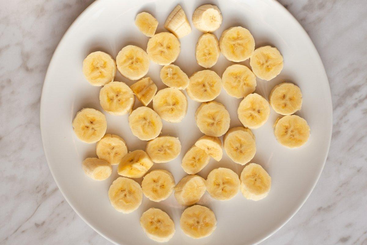 Cortar el plátano y congelarlo