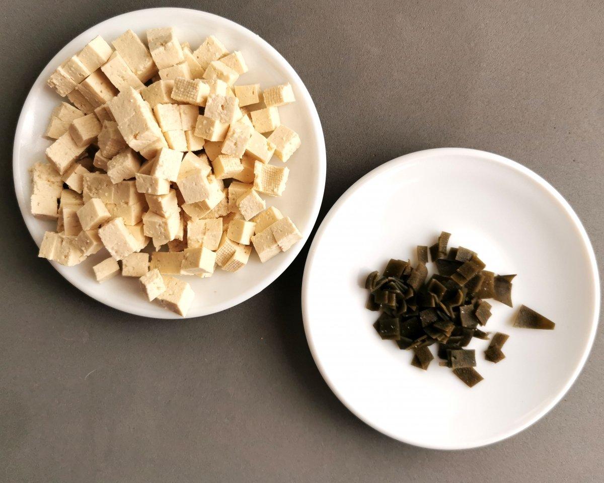 Cortar el tofu en pequeños daditos