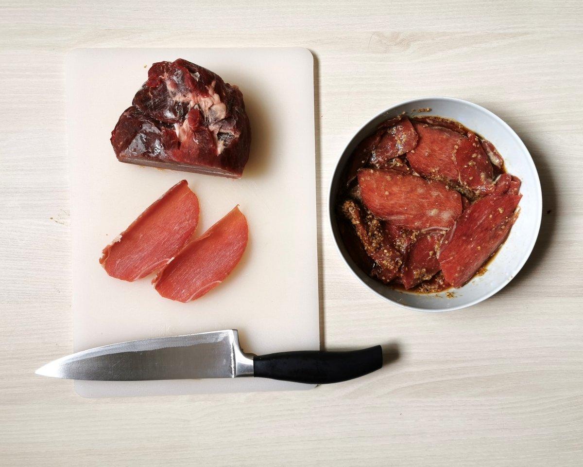cortar la carne en lonchas finas y mezclar con la marinada