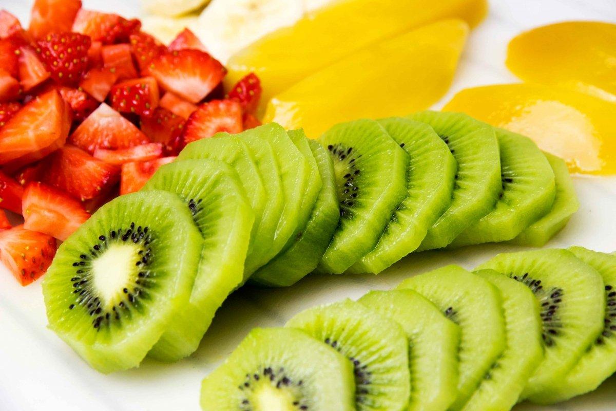 Cortar las frutas para decorar la tarta