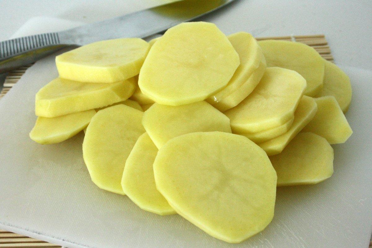 Cortar las patatas en rodajas