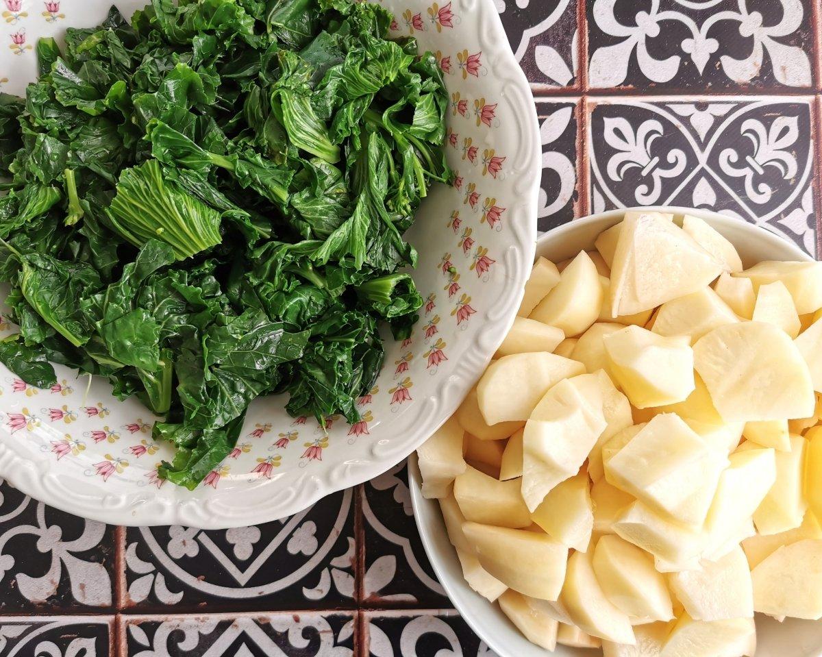 Cortar las patatas y las berzas en trozos