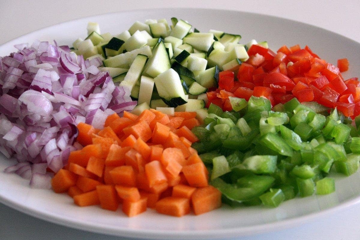 Cortar las verduras en trocitos