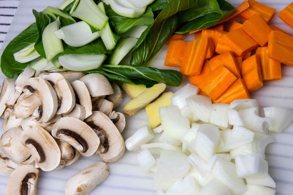 Cortar las verduras para el chop suey de pollo