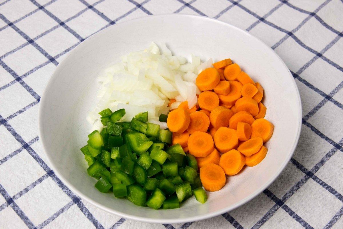 Cortar las verduras para hacer las lentejas con costillas