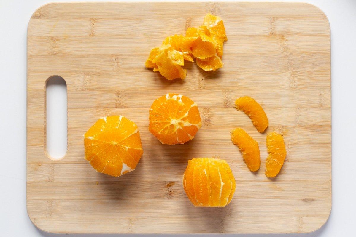 Cortar los gajos de las naranjas