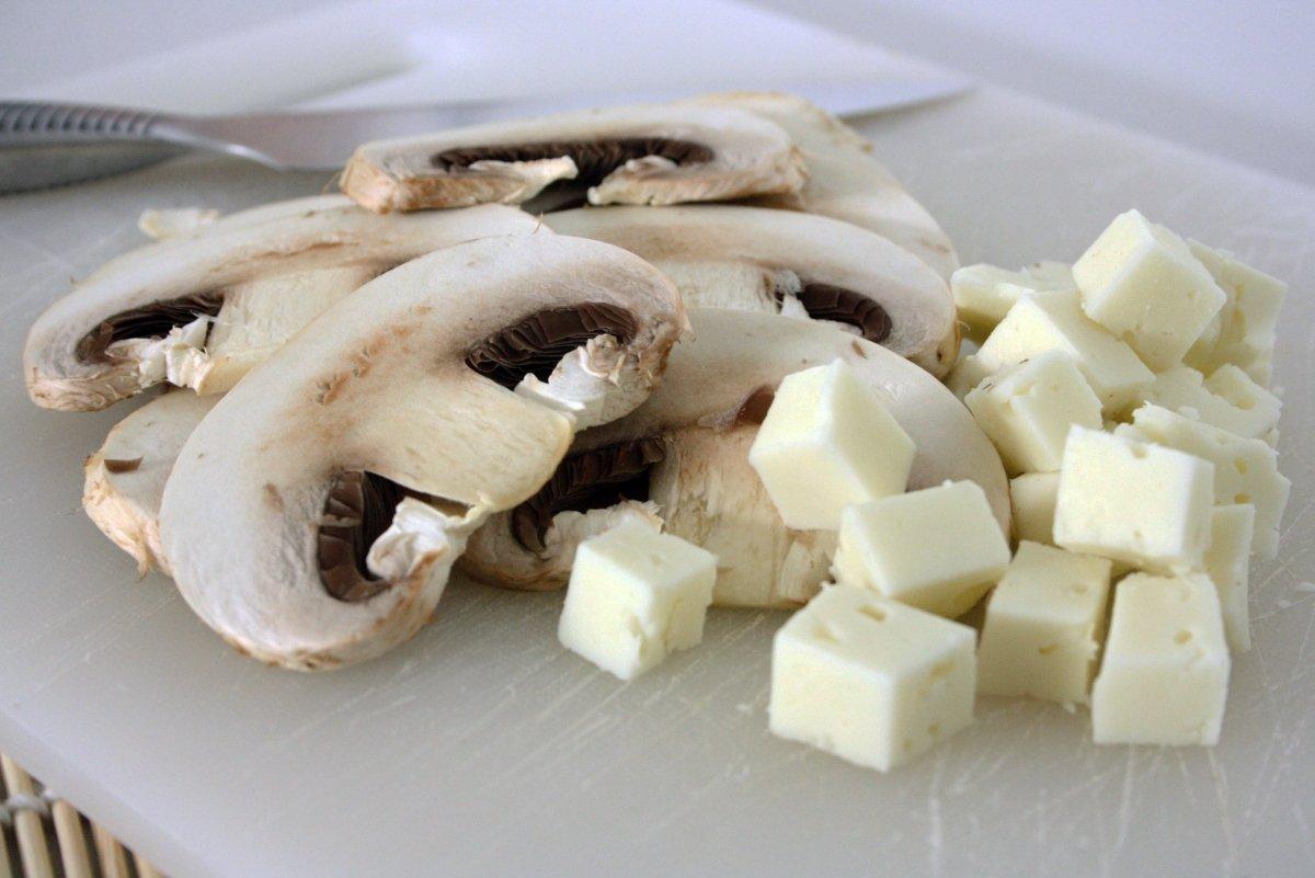 Cortar los ingredientes de la ensalada de espinacas
