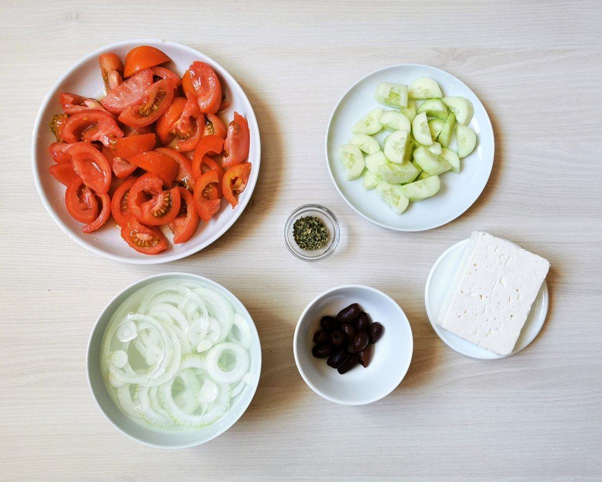 cortar los ingredientes de la ensalada griega