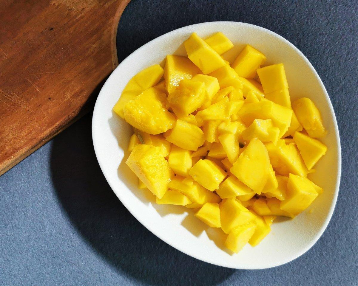 Cortar los mangos en dados