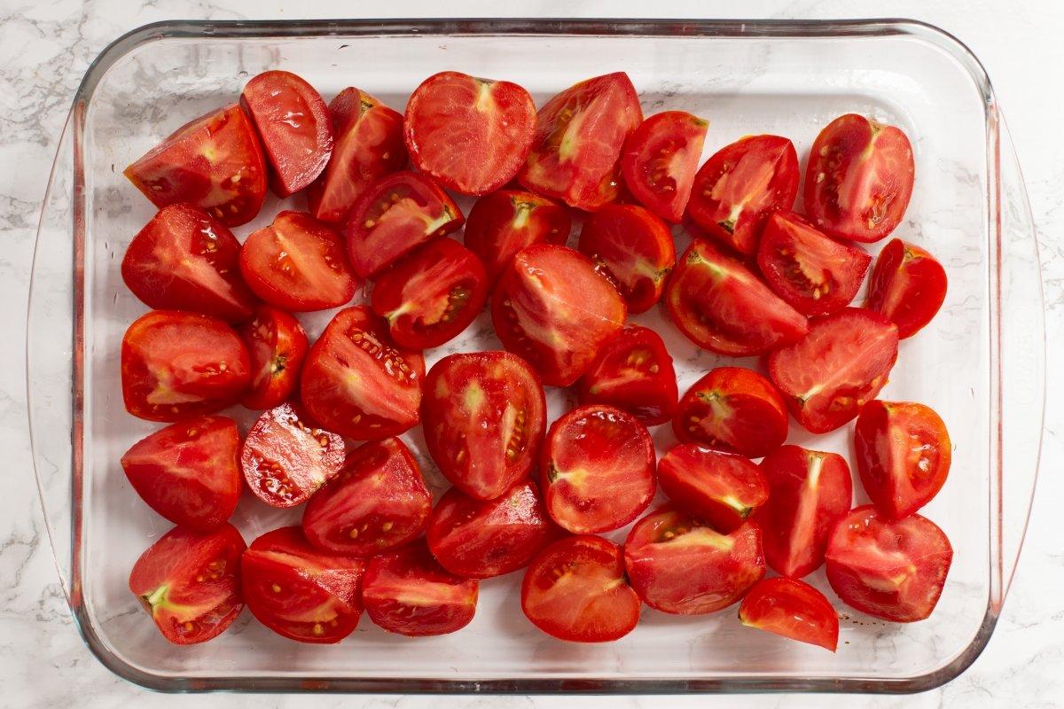 Cortar los tomates en cuartos