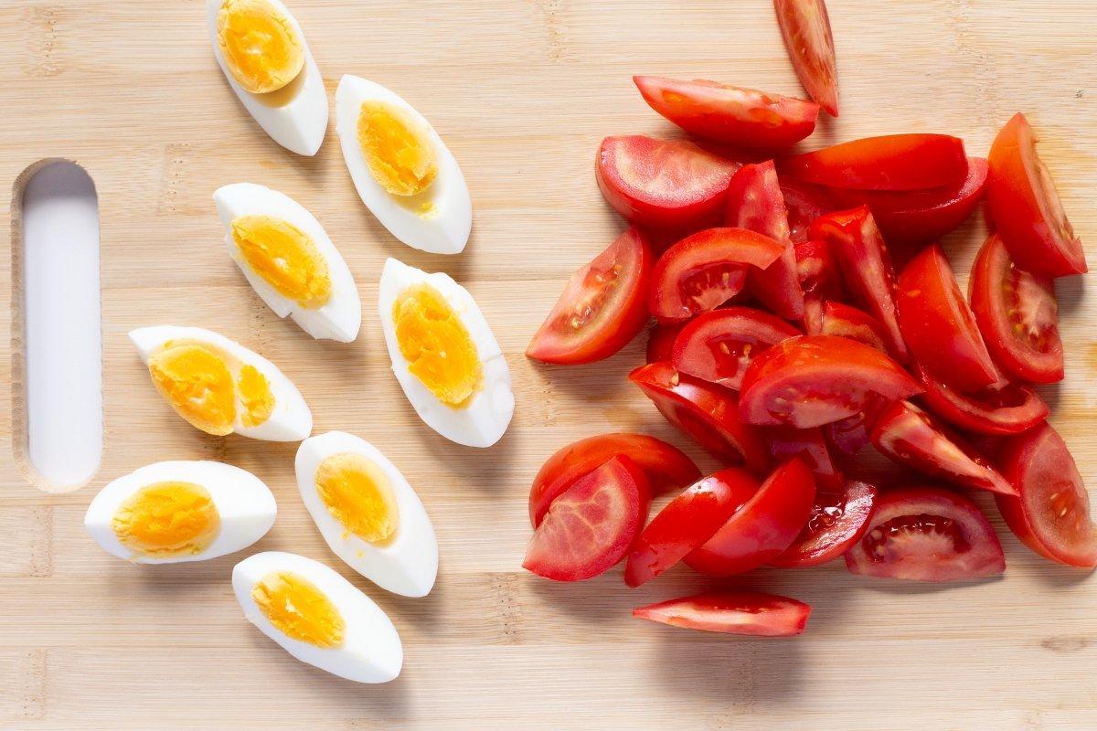 Cortar los tomates y los huevos