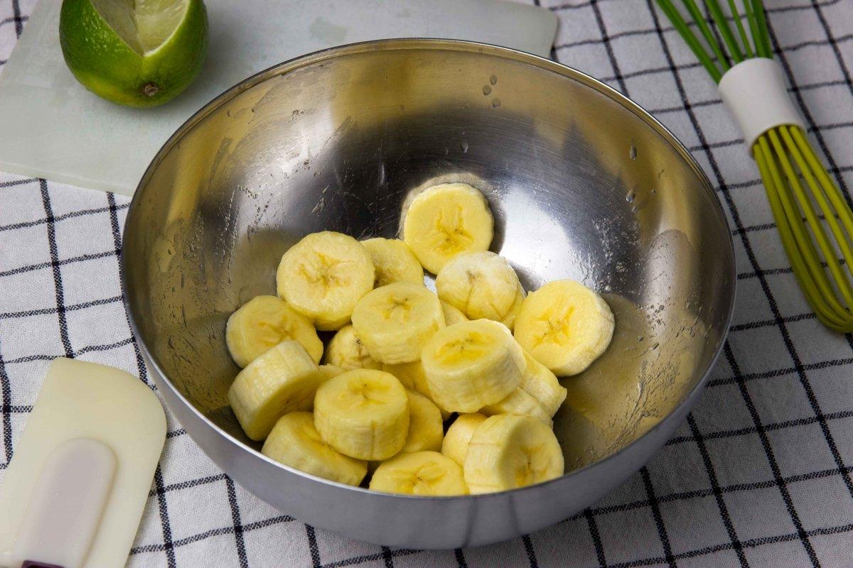 Cortar y pelar los plátanos para la mousse de plátano