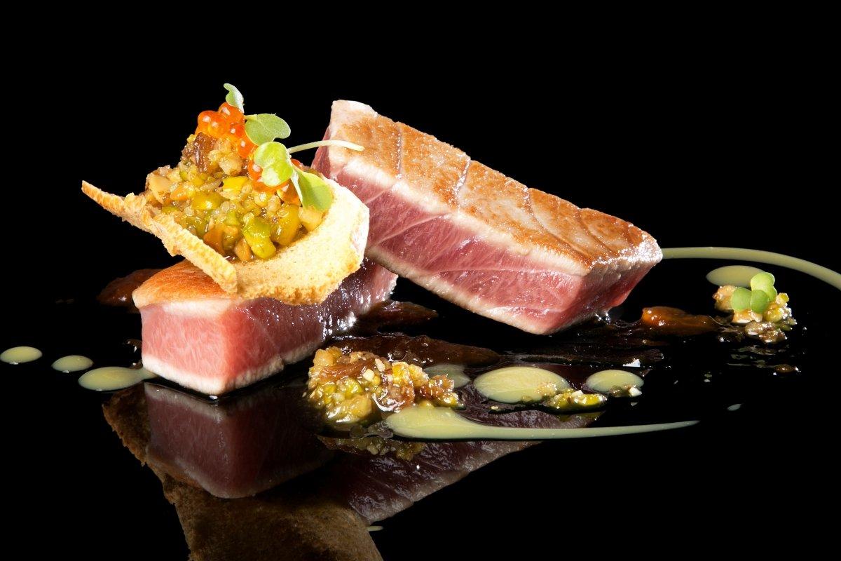 Corte de atún rojo salvaje ligeramente marcado